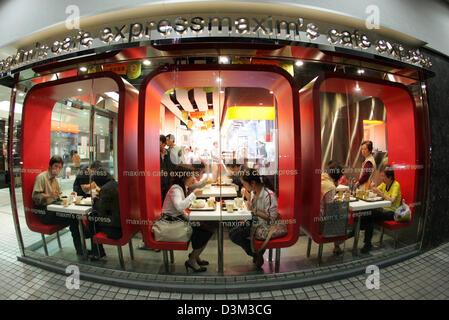 Los archivos de datos (DPA) - Los clientes disfrutan de su café en una cafetería con arquitectura moderna, fotografiada con un lente de gran angular extremo, en Hong Kong, China, 30 de octubre de 2004. Hong Kong, que tiene una población de 7,5 millones de dólares, había estado bajo administración británica hasta que se convirtió en la Región Administrativa Especial de Hong Kong (RAE) de China el 1 de julio de 1997. Foto: Friso Gentsch