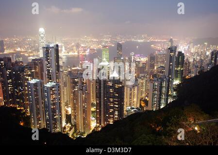 Los archivos de datos (DPA) - Una vista del horizonte iluminado con alta sube visto desde el Pico Victoria, mirador turístico, con el distrito de Kowloon y el puerto (de nuevo) en Hong Kong, China, 30 de octubre de 2004. Hong Kong, que tiene una población de 7,5 millones de dólares, había estado bajo administración británica hasta que se convirtió en la Región Administrativa Especial de Hong Kong (RAE) de China el 1 de julio de 1997. Foto: