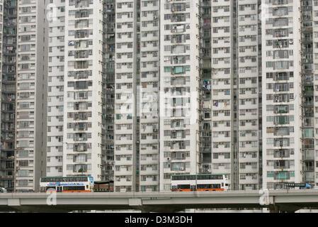 Los archivos de datos (DPA) - Una vista de un típico bloque de apartamentos situado detrás de una concurrida autopista interiores de la ciudad de Hong Kong, China, 26 de octubre de 2004. La escasez de espacio para vivir en la ciudad requiere la construcción de bloques de pisos multistorey. Hong Kong, que tiene una población de 7,5 millones de dólares, había estado bajo administración británica hasta que se convirtió en la Región Administrativa Especial de Hong Kong (SAR) de