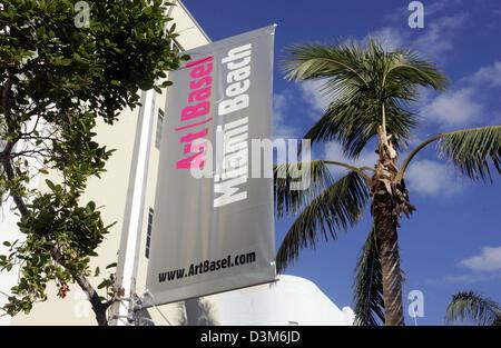"""(Dpa) - Un cartel anuncia el logo de la feria de arte """"Art Basel Miami Beach en Miami Beach, Florida, Estados Unidos, 04 de diciembre de 2005. Desde la feria se estableció por primera vez en 2001, Art Basel Miami Beach se ha convertido en uno de los más distinguidos ferias internacionales de arte en los Estados Unidos. El espectáculo es una extensión de la larga Art Basel, la feria internacional anual para los modernos y contempora"""