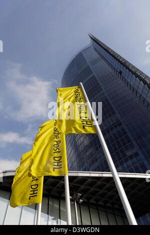 Bonn, Alemania, el puesto de torre y banderas de Deutsche Post DHL
