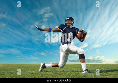 Jugador de fútbol americano africano preparada en campo