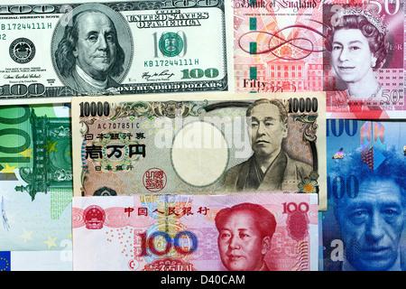 Mosaico hecho de dólares, libras, Yen, Yuan, euros y francos suizos billetes