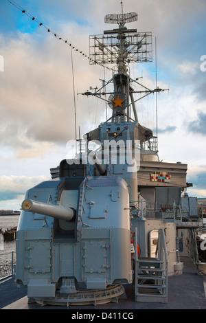 Pistola de avance torretas en el USS Casin joven - un destructor de la segunda guerra mundial, en el puerto de Boston, Foto de stock