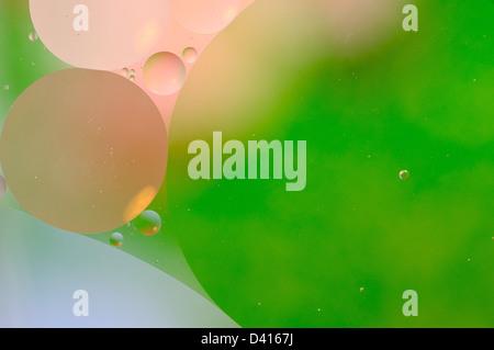 Fondo verde abstracto de burbujas de aceite flotando en el agua. Foto de stock