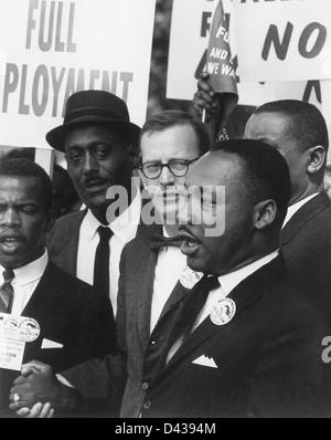 El Dr. Martin Luther King, Jr. (derecha), Presidente de la Southern Christian Leadership Conference con Mathew Ahmann (centro), Director Ejecutivo de la Conferencia Católica Nacional de Justicia Interrracial durante la marcha en Washington por el trabajo y la libertad el 28 de agosto de 1963 en Washington, DC.
