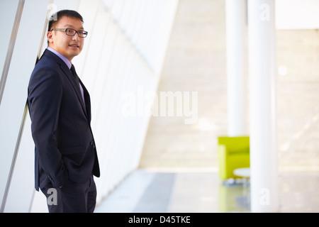 Retrato del hombre de negocios moderno Recepción Oficina Permanente
