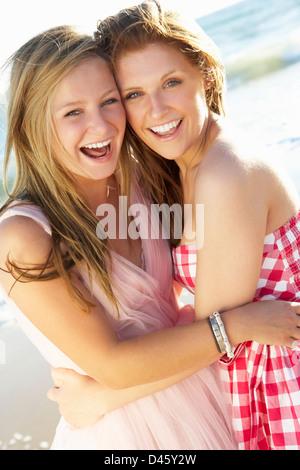 Dos chicas adolescentes disfrutando juntos de vacaciones en la playa