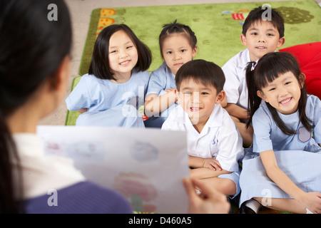 Profesor de pintura mostrando a los estudiantes en las aulas de la Escuela de Chino Foto de stock