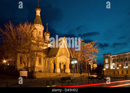 Night Shot de la famosa iglesia rusa de San Nicolás el milagro Maker en Sofía, Bulgaria, justo antes del amanecer.