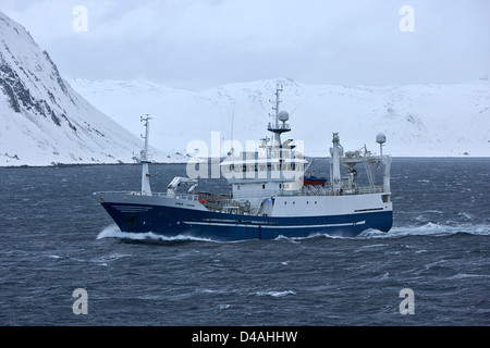 Km ostervold cerquero arrastrero pelágico barco de pesca en mares agitados en el norte de Noruega, Europa