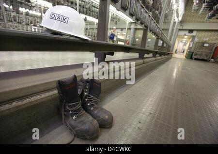 """Un casco de minero y un par de botas representado en el vestuario de mina de carbón """"Anlage Nordschacht' cerca de Lebach, Alemania, el 25 de febrero de 2008. Un fuerte terremoto de 4,0 que ocurrió el sábado, 23 de febrero de 2008. Este fue el mayor jamás terremoto relacionadas con la minería en la región del Sarre. Posteriormente la empresa minera Deutsche Steinkohle AG anunció el trapo para detener el trabajo en el """"mini"""" Demandó Primsmulde"""