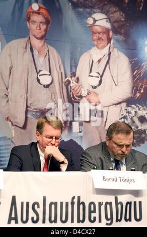 """El gerente general de 'RAG Deutsche Steinkohle' Mining Company, Bernd Toenjes (L) y Ludwig Ladzinski, presidente del consejo de empleado de RAG, retratada en frente de una gran fotografía que muestra dos mineros por delante de la empresa la obra extraordinaria celebrada en Saarbrücken, Alemania, el 26 de febrero de 2008. Un terremoto relacionadas con la minería llegando a 4,0 en la escala de Richter """"sacudió la región del Sarre el 23 de febrero"""