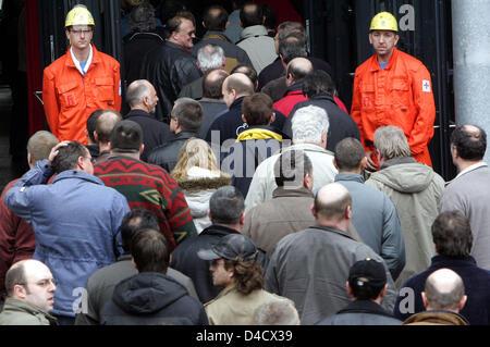 """Los empleados y los mineros de 'RAG Deutsche Steinkohle' empresa minera llegue a la empresa obras extraordinaria celebrada en Saarbrücken, Alemania, el 26 de febrero de 2008. Un terremoto relacionadas con la minería llegando a 4,0 en la escala de Richter """"sacudió la región del Sarre el 23 de febrero de 2008. Desde entonces, la labor recae en el Sarre, la única mina Ensdorf. 3600 mineros están de permiso y será enviado en"""