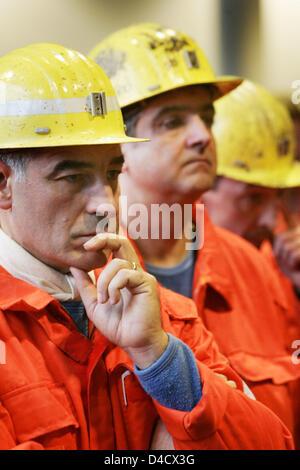 """Los mineros de 'RAG Deutsche Steinkohle' empresa minera cuidadosamente asistir a la empresa la obra extraordinaria celebrada en Saarbrücken, Alemania, el 26 de febrero de 2008. Un terremoto relacionadas con la minería llegando a 4,0 en la escala de Richter """"sacudió la región del Sarre el 23 de febrero de 2008. Desde entonces, la labor recae en el Sarre, la única mina Ensdorf. 3600 mineros están de permiso y será enviado en sho"""
