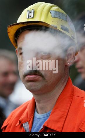 """Un minero de 'RAG Deutsche Steinkohle' empresa minera fuma mientras asistía a la reunión extraordinaria de la empresa funciona en Saarbrücken, Alemania, el 26 de febrero de 2008. Un terremoto relacionadas con la minería llegando a 4,0 en la escala de Richter """"sacudió la región del Sarre el 23 de febrero de 2008. Desde entonces, la labor recae en el Sarre, la única mina Ensdorf. 3600 mineros están de permiso y será enviado en"""