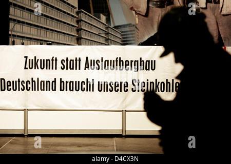 """Un minero de 'RAG Deutsche Steinkohle' empresa minera está junto a un cartel de protesta leyendo 'Zukunft statt Auslaufbergbau Deutschland braucht unsere Steinkohle"""" (literalmente: """"El futuro en lugar de su eliminación. Alemania necesita nuestro carbón"""") de la empresa en la obra extraordinaria celebrada en Saarbrücken, Alemania, el 26 de febrero de 2008. Un terremoto relacionadas con la minería llegando a 4,0 en la escala de Richter """"sho"""