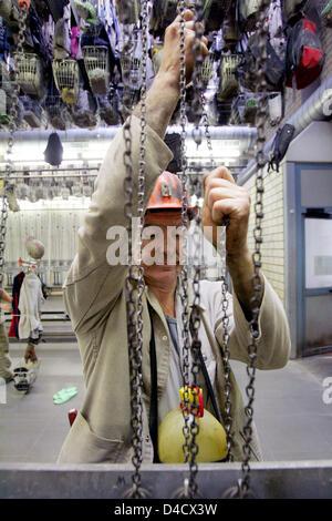 """Un minero de 'RAG Deutsche Steinkohle Mining Company"""" se muestra en el vestuario después de su turno en la mina de carbón """"Saar teinkohlebergwerk Anlage Nordschacht' cerca de Lebach, Alemania, el 26 de febrero de 2008. Un terremoto relacionadas con la minería llegando a 4,0 en la escala de Richter """"sacudió la región del Sarre el 23 de febrero de 2008. Unos 3600 mineros están de permiso y será enviado en corto tiempo de trabajo en los próximos días"""