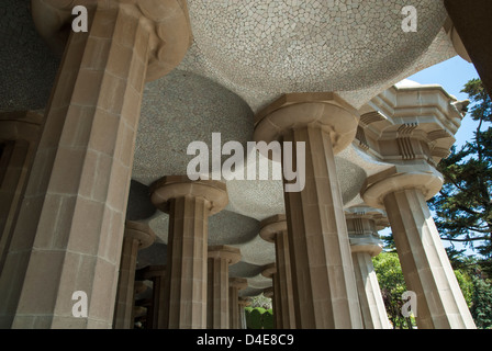 Detalle de las columnas que sostienen la terraza en el Parc Güell de Gaudí en Barcelona, España