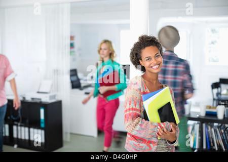 La empresaria transportar carpetas en Office