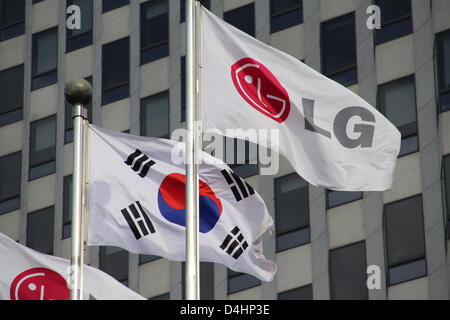 Corea del Sur: Banderas delante de la sede de LG (LG) de las Torres Gemelas en Seúl