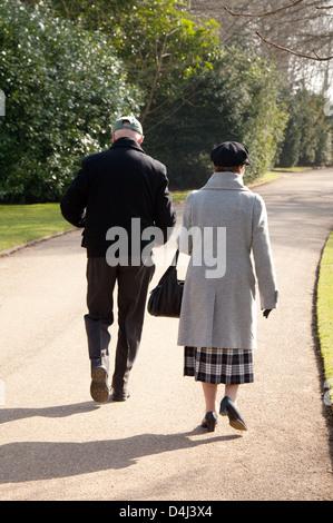 Pareja de ancianos, un hombre y una mujer, a caminar en el parque de la parte trasera, REINO UNIDO Foto de stock