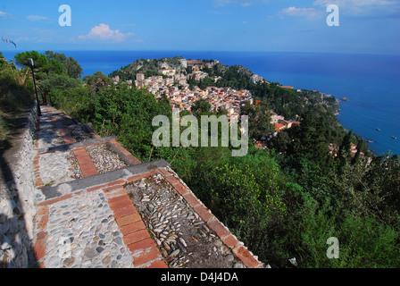 Vista de la ciudad de Taormina desde castillo sarraceno. Taormina es una ciudad pequeña en la costa oriental de la isla de Sicilia, Italia. Foto de stock