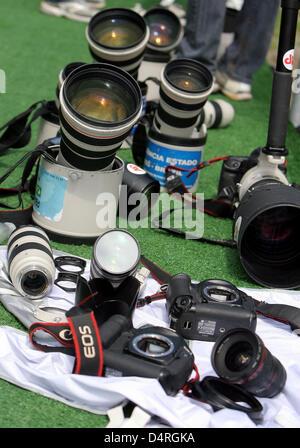 Lentes y cámaras de fotos se encuentran en el sol para secar después de fuertes lluvias antes del Gran Premio de Foto de stock