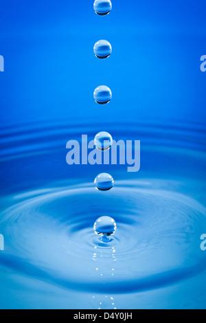 Tres gotas de agua caer hacia abajo