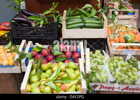 Cerrar fo fruta fresca y verduras muestran en cajones de madera fuera de una tienda de comestibles en Massa Lubrense, Italia