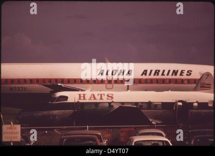Aloha Airlines en una de las dos principales líneas aéreas que conectan las islas, octubre de 1973