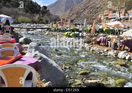 Cafés y restaurantes junto al río en el popular pueblo de Setti Fatma cerca de las Cascadas, Valle Ourika, Marruecos