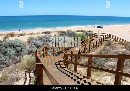 Pasarela de madera que conduce hasta el Océano Índico en Buffalo playa cerca de Bunbury en Australia occidental una popular zona de pesca Foto de stock