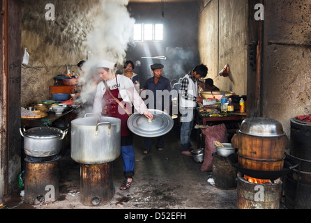 Mercado Yuanyang puesto de comida en la provincia de Yunnan, en China