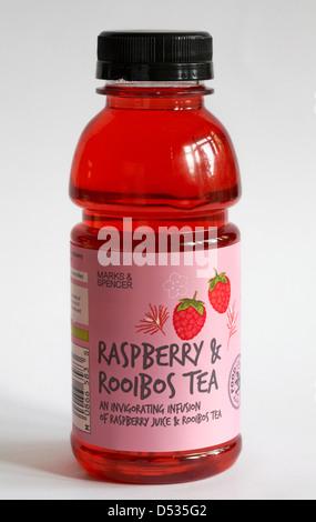 Botella de Marks & Spencer & Frambuesa té Rooibos bebida estimulante infusión de jugo de frambuesa y té de rooibos aislado sobre fondo blanco.