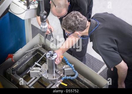 Examen de varilla de acero de los trabajadores en la fábrica.