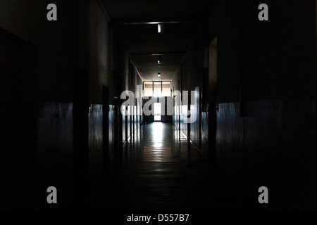 La luz brilla en la oscuridad de la puerta del pasillo