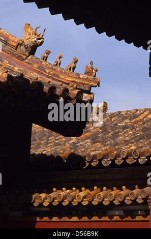 Roof ridge decoraciones del templo de Yonghe, también conocido como el Lamasterio Yonghe, o popularmente como el Foto de stock