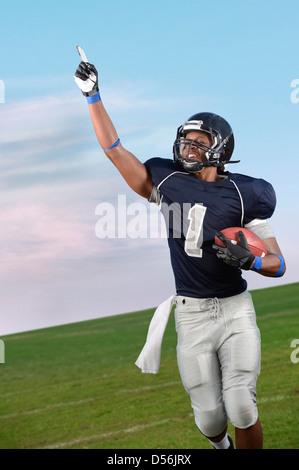 Jugador de fútbol americano africano aclamando en el juego