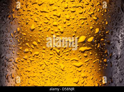 Сlose shot de gotas en una botella de cerveza. Foto de stock