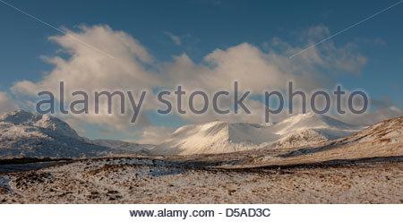 Mirando a través de colinas cubiertas de nieve desde el Monte Negro, en el borde del páramo Rannoch Moor, Escocia. Foto de stock