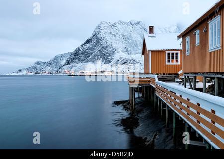 Una vista mirando hacia Reine village y Sakrisoy Navaren de aldea en las islas Lofoten, Noruega.