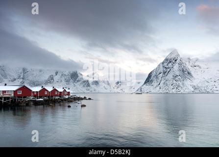 Una vista hacia la montaña de Reinefjorden Olstind del embarcadero Hamnoy harbor en las islas Lofoten, Noruega