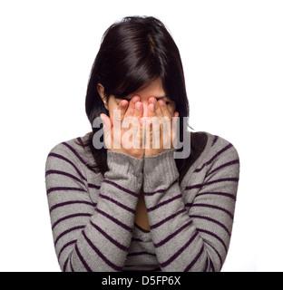 Retrato de mujer joven con las manos cubriendo cara