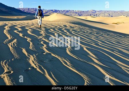 Caminante en Mesquite Flat Dunas de Arena, el Parque Nacional Valle de la Muerte, California, EE.UU.