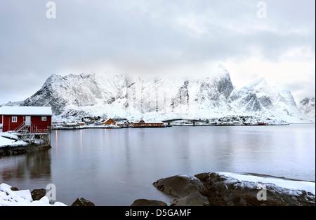 Una vista hacia la montaña de Reinefjorden Navaren desde la carretera de Hamnoy