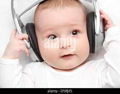 Bebé escuchando música en la espalda