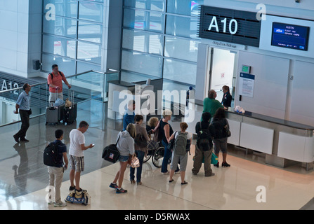 Verificar en línea la cola de pasajeros que esperan para facturar a bordo del vuelo en el Concourse gate A10, el Aeropuerto Internacional de San Francisco California, EE.UU.