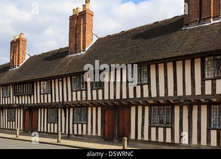 Fila del siglo XV con entramados de madera en blanco y negro almshouses en Church Street, Stratford-upon-Avon, Warwickshire, Inglaterra, Reino Unido.