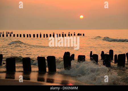 Niechorze (Horst), atardecer en la playa, el mar Báltico, Pomerania, Polonia